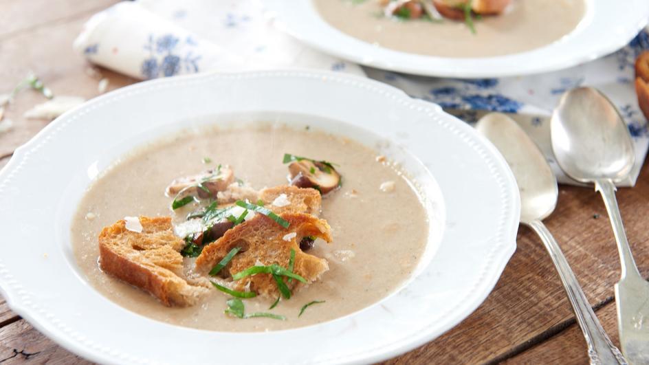 Kremowa zupa pieczarkowa z grzankami