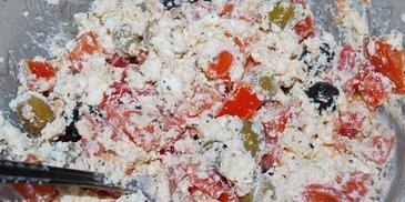 Sałatka z pomidorami, serem feta i oliwkami