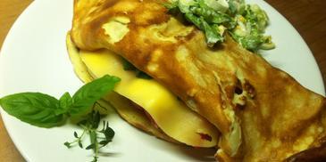 Omlet z serem, pieczarkami i warzywami