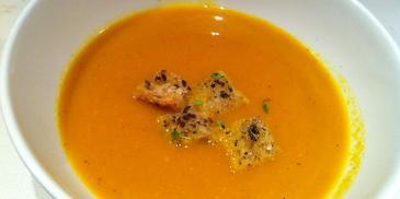 Zupa marchewkowa z imbirem i curry oraz z grzankami ziołowymi