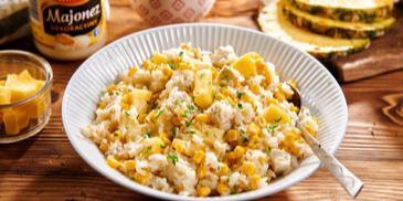 Sałatka ryżowa z kurczakiem, ananasem i kukurydzą