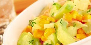 Sałatka z ogórków i kukurydzy