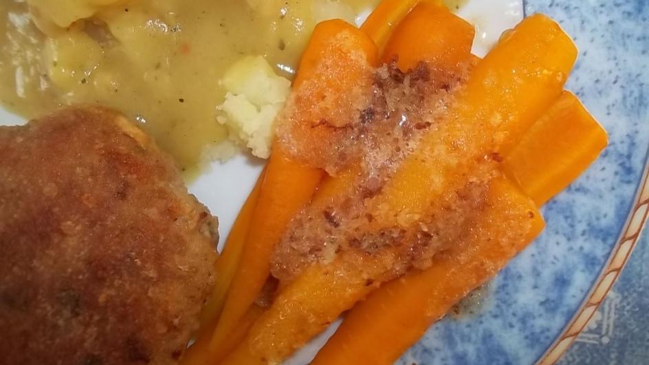 Młoda marchewka z bułką tartą