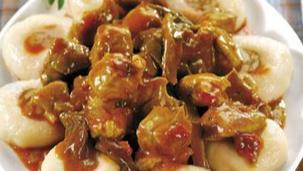 Gulasz wieprzowy z kluskami