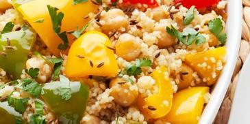 Sałatka z kaszy kuskus i grillowanych warzyw