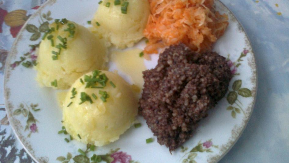 Kaszanka z ziemniakami i surówką