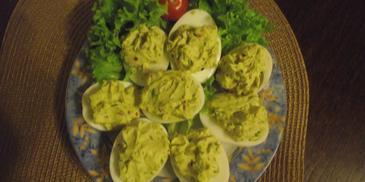 Jajka faszerowane z szynką, rzodkiewką, ogórkiem i szczypiorkiem