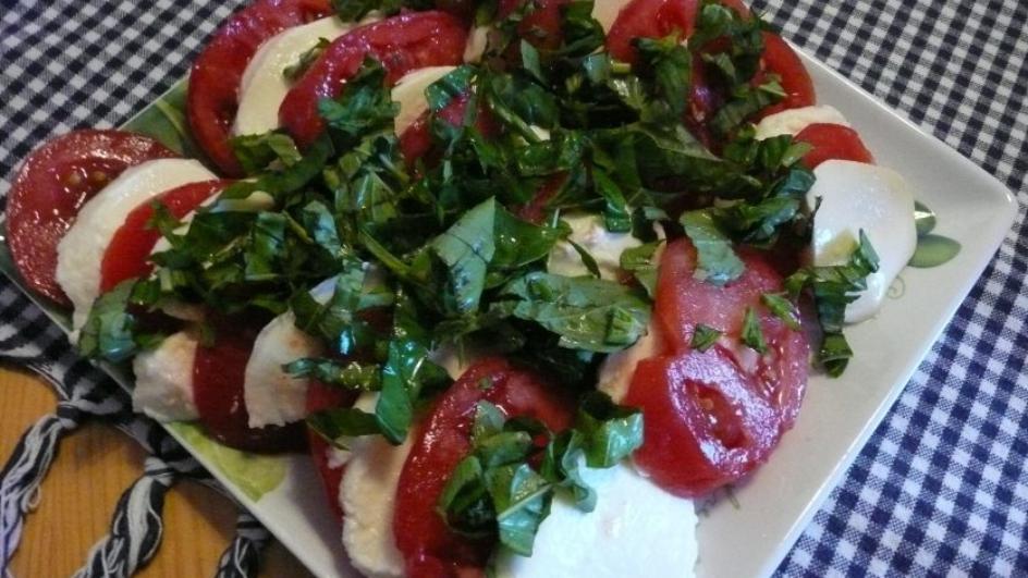 Pomidory z mozzarellą i bazylią