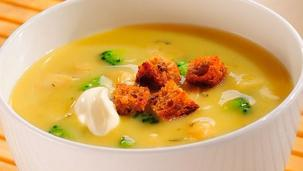 Zupa brokułowa z grzankami i płatkami migdałów