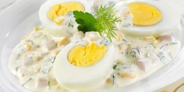 Jajka z szynką i kukurydzą w sosie majonezowym