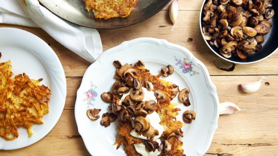 Placki ziemniaczane z pieczarkami i sosem czosnkowym