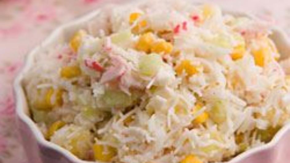 Sałatka z makaronem ryżowym i paluszkami krabowymi