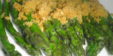 Glazurowane szparagi z bułką tartą