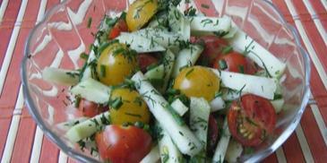 Szybka surówka z kalarepy i pomidorków