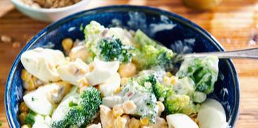 Sałatka z brokuła, kukurydzy i jajek