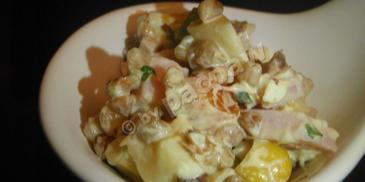 Sałatka z kaszą gryczaną, szynką i jajkiem