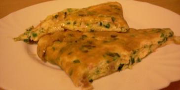 Omlet ze szczypiorkiem, serem i szynką