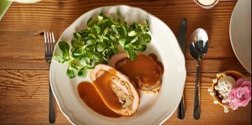 Schab faszerowany z sosem pieczeniowym