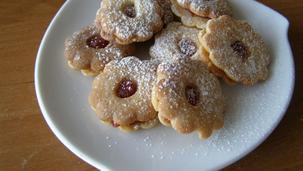 Kruche ciasteczka z dziurką przekładane konfiturą