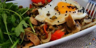 Fasola mung z warzywami z patelni