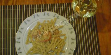 Makaron z krewetkami w sosie śmietanowo-serowym