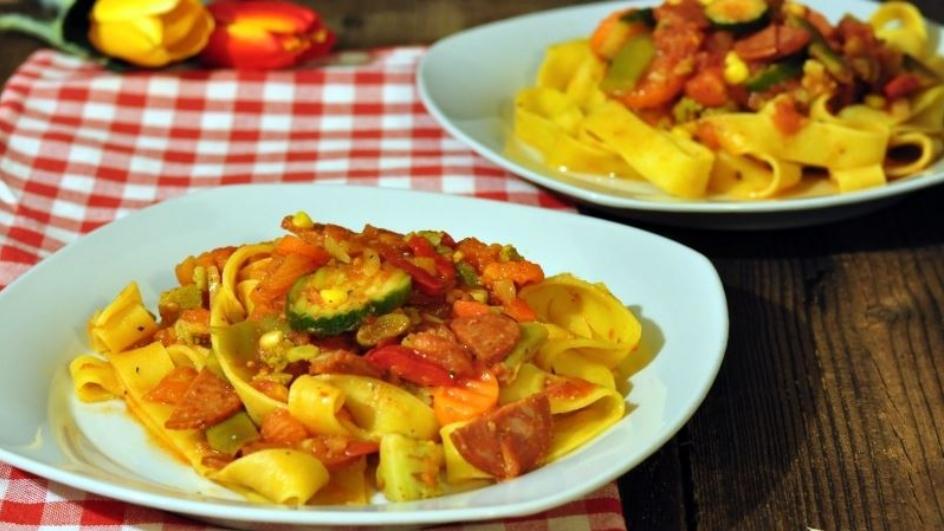 Świeży makaron z warzywami i chorizo