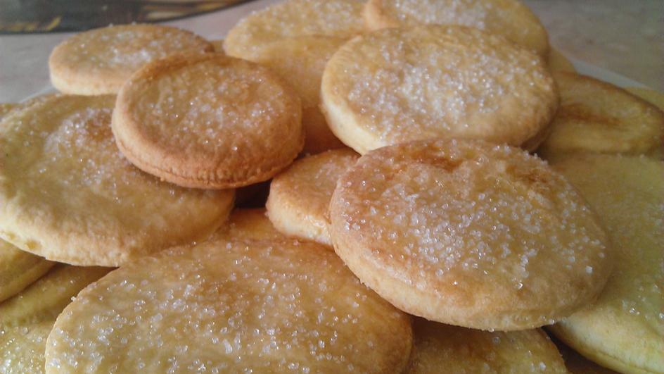 Kruche ciastka posypane cukrem