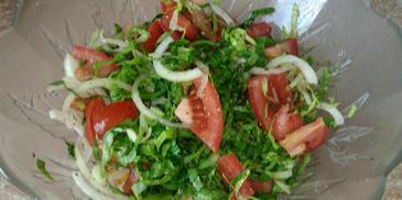 Sałata rzymska z pomidorami i cebulą