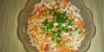 Surówka z kapusty pekińskiej z marchewką i pomidorami