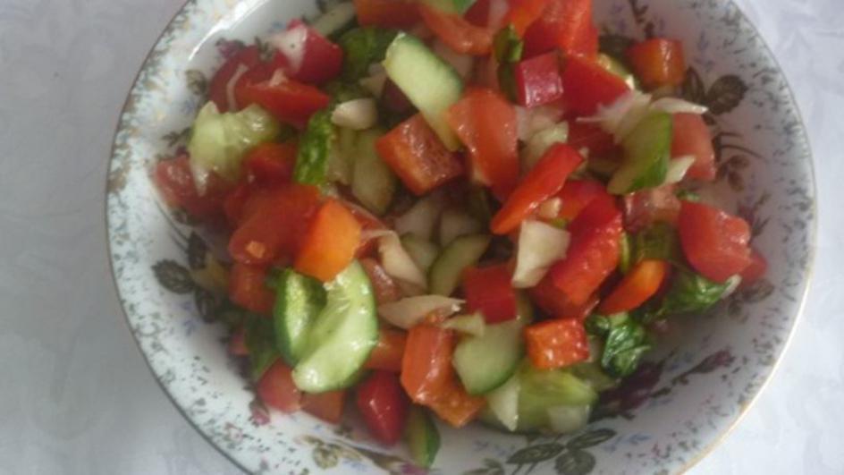 Sałatka z papryką, ogórkiem i cebulą