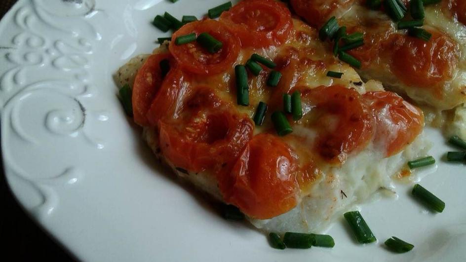 Dorsz pod mozzarellą z pomidorkami koktajlowymi