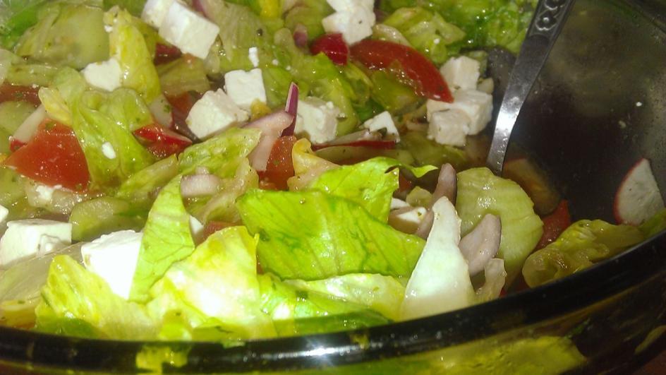 Sałata lodowa z sosem włoskim