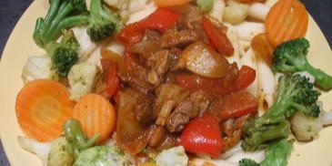 Karkówka z warzywami na makaronie
