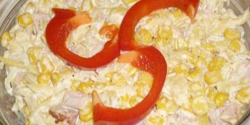 Sałatka z kukurydzą, żółtym serem i szynką