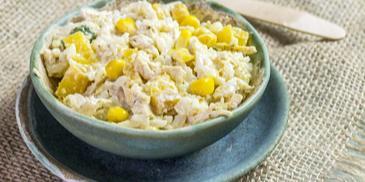 Ryżowa sałatka z kurczakiem, mango i kukurydzą