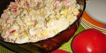 Sałatka makaronowa z parówkami i papryką