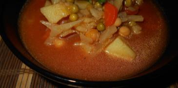 Zupa z kapustą, groszkiem i ciecierzycą