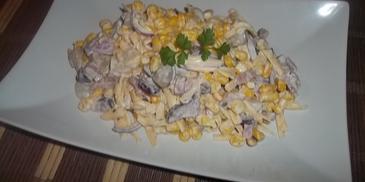 Sałatka z żółtym serem i boczkiem