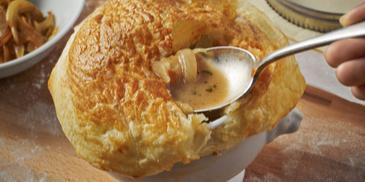 Zupa grzybowo-cebulowa zapiekana pod pierzynką z ciasta francuskiego