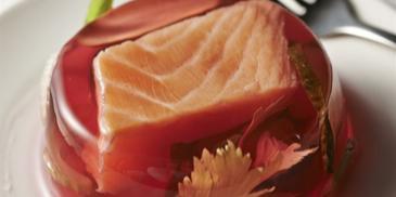 Tymbaliki z łososiem, korniszonami w buraczanej galaretce z aromatem świeżego chrzanu