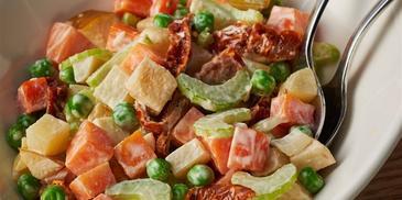 Sałatka warzywna z marynowaną dynią i suszonymi pomidorami