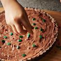 Tarta czekoladowa z masłem orzechowym i daktylami – bez pieczenia