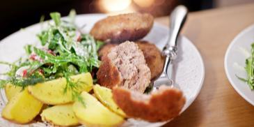 Mielone z cebulką, młodymi ziemniakami i sałatką