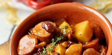 Kiełbasa z ziemniakami, fasolą i kukurydzą