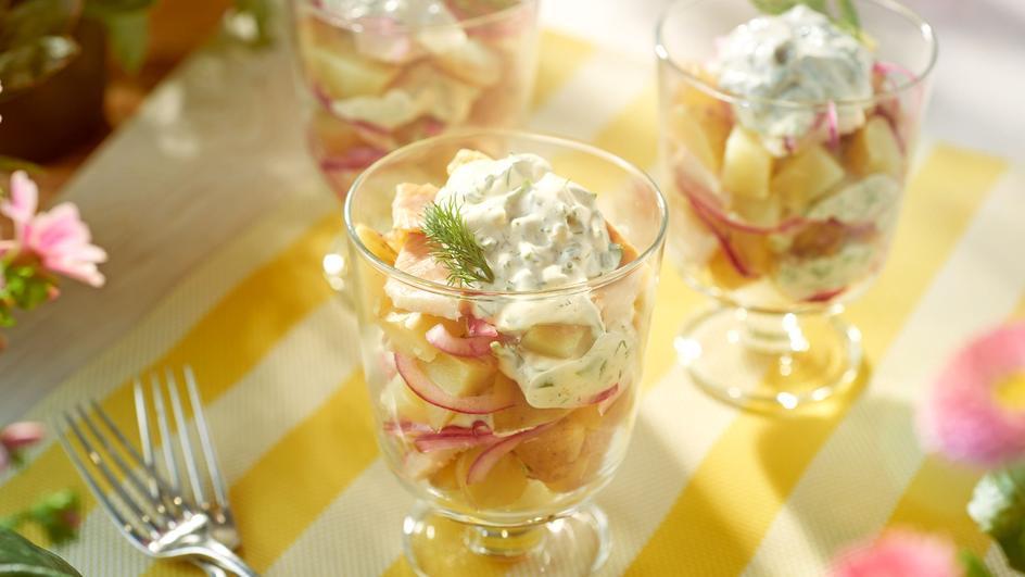 Sałatka z młodych ziemniaków z wędzoną rybą  - podana w dużych szklankach