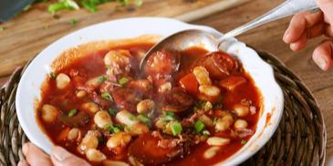 Zupa fasolowa z kiełbasą i przecierem pomidorowym