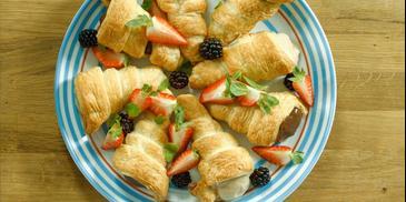 Rożki z ciasta francuskiego z kremem i owocami