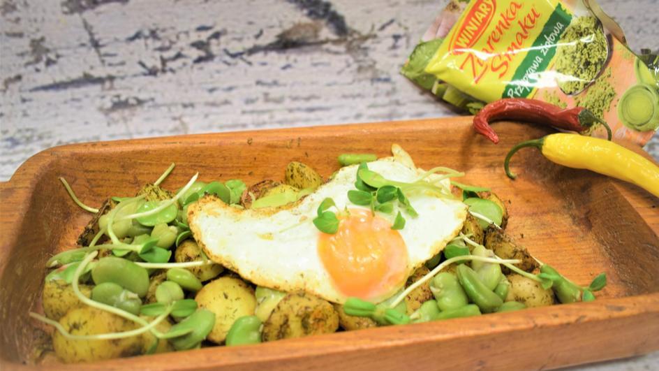 Młode ziemniaczki z bobem pod jajkiem sadzonym