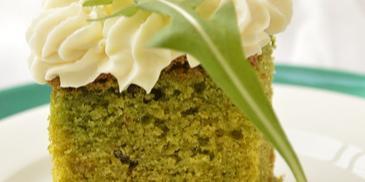 Ciasto z rukolą i waniliowym kremem budyniowym
