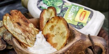 Chipsy ziemniaczane z grilla z sosem ziołowym Winiary